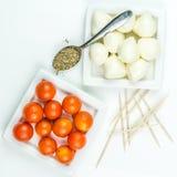 Tomates de cereja, mozarella e manjericão da terra imagem de stock royalty free