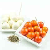 Tomates de cereja, mozarella e manjericão da terra fotos de stock