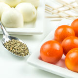 Tomates de cereja, mozarella e manjericão da terra Imagens de Stock Royalty Free