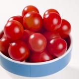 Tomates de cereja na bacia Fotografia de Stock