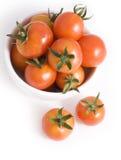 Tomates de cereja na bacia branca Foto de Stock
