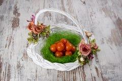 Tomates de cereja na cesta de vime imagens de stock