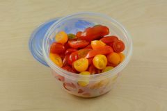 Tomates de cereja no recipiente de armazenamento plástico Fotos de Stock Royalty Free