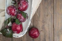 Tomates de cereja orgânicos com alecrins na tabela de madeira rústica Fotos de Stock Royalty Free