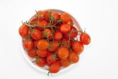 Tomates de cereja s na bacia, isolada no fundo branco Imagens de Stock Royalty Free