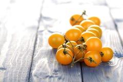 Tomates de cereza amarillos en el fondo blanco Imagenes de archivo