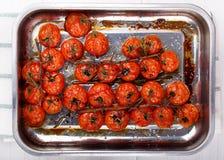 Tomates de cereza asados en la vid fotografía de archivo