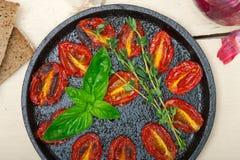 Tomates de cereza cocidos con albahaca y tomillo Foto de archivo