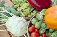 Tomates de cereza, coles de Bruselas, pepino, pimienta dulce Fotografía de archivo