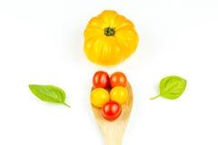 Tomates de cereza coloridos en la cuchara de madera Imagenes de archivo