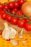Tomates de cereza con ajo Foto de archivo libre de regalías