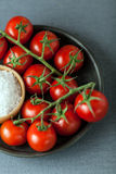 Tomates de cereza con la sal natural del mar Imagenes de archivo