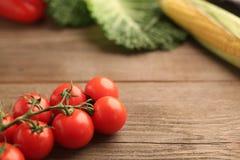 Tomates de cereza con las verduras fotos de archivo