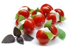 Tomates de cereza con queso y albahaca Imágenes de archivo libres de regalías