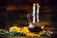 Tomates de cereza del ajo del tomillo de la pimienta del penne de los tallarines de las pastas de la cocina y aceite de oliva med Fotografía de archivo