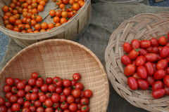 Tomates de cereza en cestas Imagen de archivo