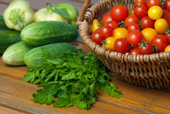 Tomates de cereza en la cesta y el otro vehículo Imagen de archivo libre de regalías