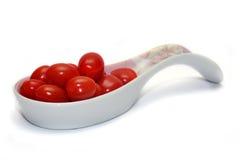 Tomates de cereza en la cuchara imagen de archivo libre de regalías