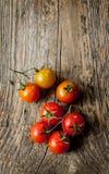 Tomates de cereza en la tabla de madera del vintage - aún vida rural desde arriba Fotos de archivo