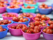 Tomates de cereza en tazones de fuente fotografía de archivo libre de regalías