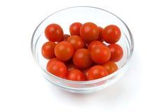 Tomates de cereza en un bol de vidrio Fotos de archivo libres de regalías