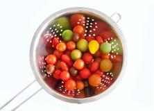 Tomates de cereza en un colador fotografía de archivo libre de regalías