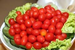 Tomates de cereza en un tazón de fuente Imagen de archivo