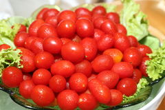 Tomates de cereza en un tazón de fuente Imagen de archivo libre de regalías