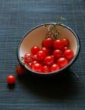 Tomates de cereza en un tazón de fuente fotografía de archivo libre de regalías