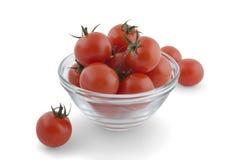Tomates de cereza en un tazón de fuente de cristal Foto de archivo libre de regalías