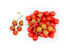 Tomates de cereza en una placa cuadrada desde arriba Foto de archivo libre de regalías