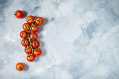 Tomates de cereza frescos en el fondo de piedra Alimento biológico Visión superior con el espacio para el texto imagen de archivo libre de regalías