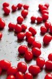 Tomates de cereza frescos en el molde para el horno Imagenes de archivo