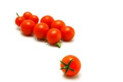 Tomates de cereza frescos en el plato blanco fotografía de archivo