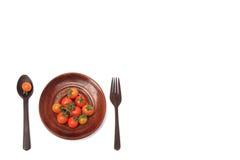 Tomates de cereza frescos en la placa Aislado en el fondo blanco Fotografía de archivo