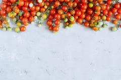 Tomates de cereza frescos en un fondo gris, tomates de cereza para el papel pintado, tomates de cereza rojos Visión superior fotografía de archivo