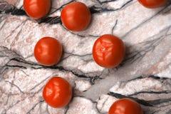 Tomates de cereza frescos lavados en un colador del metal Tomates de cereza en una visión superior superficial de mármol oscura foto de archivo