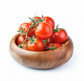 Tomates de cereza frescos maduros en la rama aislada en el backgroun blanco Fotos de archivo