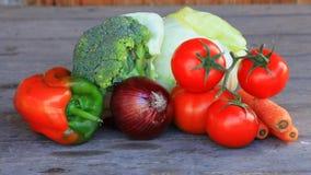 Tomates de cereza italianos y cebolla roja en una tabla de madera Foto de archivo