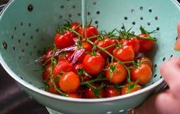 Tomates de cereza orgánicos frescos lavados en colador fotografía de archivo libre de regalías