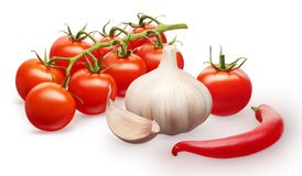 Tomates de cereza rojos, ajo con el clavo, verduras de la pimienta de chile Foto de archivo