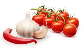 Tomates de cereza rojos, ajo con el clavo y pimienta de chile rojo Fotos de archivo