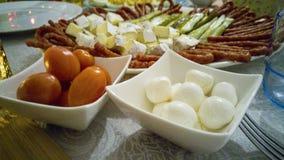 Tomates de cereza y bola del mozarella fotografía de archivo libre de regalías