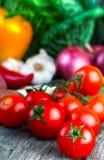 Tomates de cereza y verdura orgánica fresca Imagenes de archivo