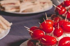 Tomates de cocktail avec du fromage sur la crête d'un plat Photos libres de droits