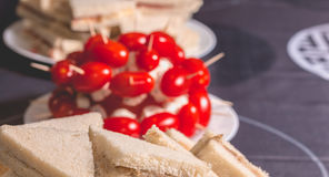 Tomates de cocktail avec du fromage sur la crête d'un plat Images libres de droits