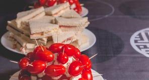 Tomates de cocktail avec du fromage sur la crête d'un plat Photo stock