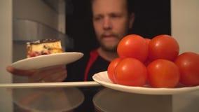 Tomates de cocktail ou gâteau délicieux Un choix difficile de nourriture saine clips vidéos