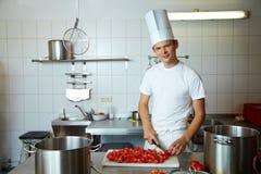 Tomates de découpage de chef Image stock