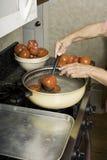 Tomates de descascamento para enlatar. fotos de stock royalty free